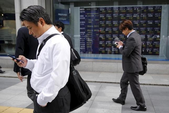 10月13日、前場の東京株式市場で、日経平均株価は前営業日比65円74銭安の1万6774円26銭と続落した。写真は都内で昨年10月撮影(2016年 ロイター/Toru Hanai)