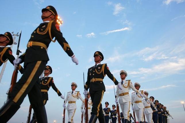 10月13日、中国国防省は、同省前で11日に発生した数千人規模の退役軍人によるデモを受け、退役軍人が抱える問題に対応する用意があると表明した。写真は杭州G20サミットに出席する各国首脳の到着を歓迎し、杭州国際空港でパレードする中国軍。9月撮影(2016年 ロイター/Damir Sagolj)