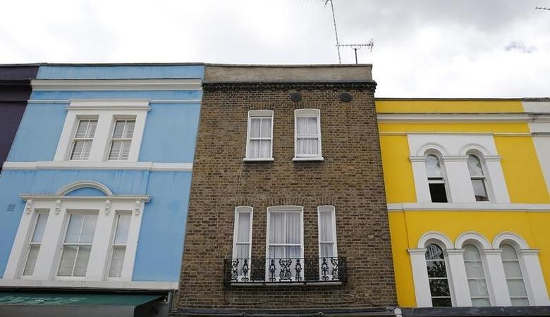 A row of houses are seen in London, Britain June 3, 2015.  REUTERS/Suzanne Plunkett/File Photo