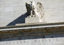 """Una estatua de un águila calva en el frontis de la Reserva Federal en Washington, abr 3, 2012.La economía de Estados Unidos marcha """"muy bien"""" y posee un sólido mercado laboral, dijo el jueves Patrick Harker, presidente de la Reserva Federal de Filadelfia.  REUTERS/Joshua Roberts/File Photo"""