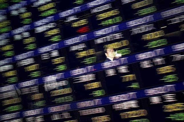 10月14日、寄り付きの東京株式市場で、日経平均株価は前営業日比23円20銭安の1万6751円04銭と続落した。2015年8月撮影(2016年 ロイター/Issei Kato)