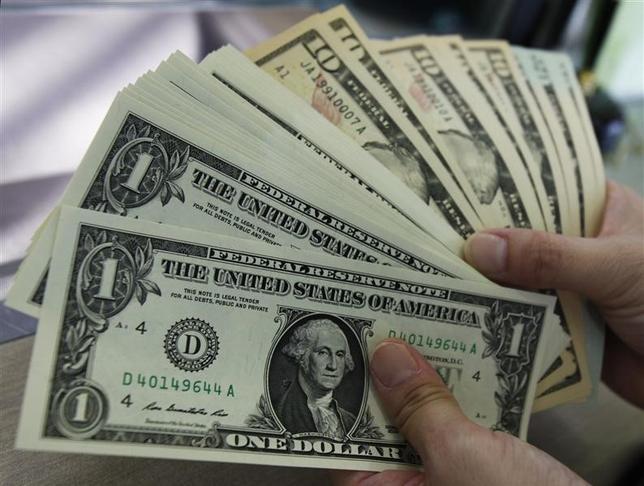 10月14日、午後3時のドル/円は、前日ニューヨーク市場午後5時時点に比べ、ドル高/円安の104円付近だった。米金利の上昇を横目にじりじり値を上げたが、104円台の上値の重さが意識された。写真は都内で2011年8月撮影(2016年 ロイター/Yuriko Nakao)
