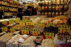 Les prix à la production en Chine ont opéré une hausse surprise en septembre, inédite en près de cinq ans, une évolution bienvenue pour les autorités qui peinent à endiguer l'accumulation de dette par les entreprises du pays. /Photo prise le 22 septembre 2016/REUTERS/Bobby Yip