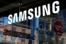 Samsung a annoncé que les déboires sur le Galaxy Note 7 devraient impacter son bénéfice de 4,8 milliards d'euros sur le trimestre en cours et les deux suivants. /Photo prise le 10 octobre 2016/REUTERS/Andrew Kelly
