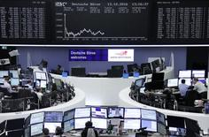 Las bolsas europeas subían el viernes recuperando el terreno perdido en la sesión anterior, con los valores mineros y de telecomunicaciones al frente. En la foto, la bolsa de Fráncfort el 13 de octubre de 2016. REUTERS/Staff/Remote