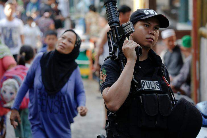 A policeman holds his weapon during a drug raid in Quezon City, Metro Manila, Philippines, October 12, 2016.   REUTERS/Damir Sagolj
