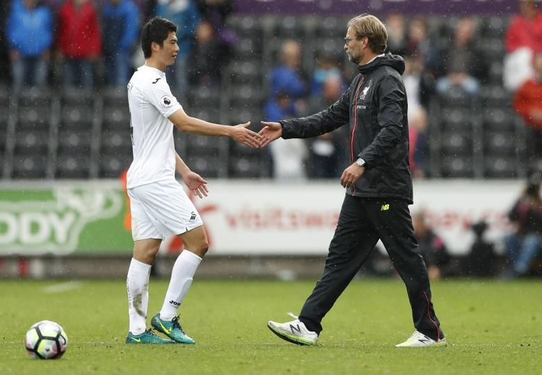 Britain Soccer Football - Swansea City v Liverpool - Premier League - Liberty Stadium - 1/10/16Liverpool manager Juergen Klopp with Swansea City's Ki Sung Yueng after the game Action Images via Reuters / John SibleyLivepicEDITORIAL USE ONLY.