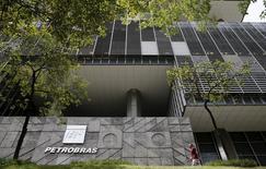 La casa matriz de la petrolera estatal brasileña Petrobras en Río de Janeiro, ene 28, 2016. La estatal brasileña Petrobras dijo el viernes que su directorio acordó recortar los precios del diésel en un 2,7 por ciento y los de la gasolina en un 3,2 por ciento, bajo una nueva política con la que busca acercarse a los precios internacionales, dijo el viernes la compañía petrolera en una nota al regulador.   REUTERS/Sergio Moraes