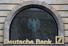 Le directeur financier de Deutsche Bank aurait annoncé aux représentants du personnel le mois dernier que les suppressions d'emplois dans la banque pourraient être deux fois plus élevées que prévu, soit la disparition de 10.000 postes supplémentaires. /Photo d'archives/REUTERS/Kai Pfaffenbach