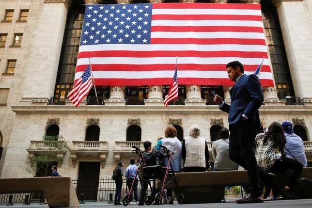 10月13日、米企業の決算は、あまり知られていない年金規則の改定を活用して利益がかさ上げされている可能性がある。NY証券取引所前で9月撮影(2016年 ロイター/Brendan McDermid)