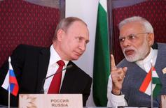 Russian President Vladimir Putin (L) and India's Prime Minister Narendra Modi attend an exchange of agreements event after the India-Russia Annual Summit in Benaulim, in the western state of Goa, India, October 15, 2016.  Sputnik/Kremlin/Konstantin Zavrazhin via REUTERS ATTENTION EDITORS - THIS IMAGE WAS PROVIDED BY A THIRD PARTY. EDITORIAL USE ONLY. - RTX2OXUR