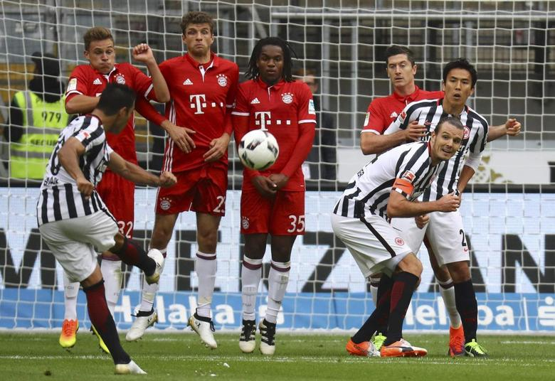 Football Soccer -  Eintracht Frankfurt v FC Bayern Munich - German Bundesliga - Commerzbank arena, Frankfurt, Germany - 15/10/16 - Frankfurt's Marco Fabian kicks the ball REUTERS/Kai Pfaffenbach