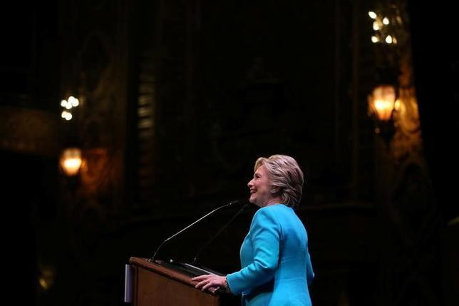 10月15日、内部告発サイト「ウィキリークス」は、米大統領選の民主党候補ヒラリー・クリントン氏が過去に米金融大手向けに行った講演の内容を記した電子メールを公表した。シアトルで14日撮影(2016年 ロイター/LUCY NICHOLSON)