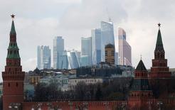 Вид на кремлевскую стену и деловой квартал Москва-Сити. 27 февраля 2016 года. Федеральный бюджет РФ в январе-сентябре был исполнен с дефицитом 1,575 триллиона рублей, или 2,6 процента ВВП, сообщил Минфин. REUTERS/Grigory Dukor/File Photo