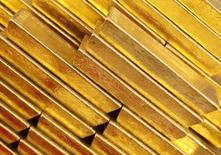 Слитки золота в Чешском национальном банке. Прага, 16 апреля 2013 года. Цена золота выросла в понедельник, отчасти благодаря стабильному притоку в биржевые фонды (ETF) и ослаблению доллара с семимесячного максимума. REUTERS/Petr Josek