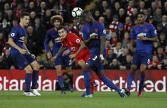 Philippe Coutinho chuta em jogo do Liverpool contra o Manchester United. 17/10/16.  Reuters/Phil Noble