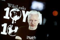 Foto de archivo de Julian Assange en una videoconferencia en Berlín. Oct 4, 2016. WikiLeaks dijo el lunes que el Gobierno de Ecuador interrumpió el acceso a Internet a su fundador Julian Assange, refugiado en la embajada del país sudamericano en Londres. REUTERS/Axel Schmidt