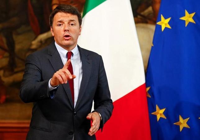 10月17日、欧州委員会は、イタリアのレンツィ首相(写真)が前週末に公表した2017年度予算案に関し、EUが定める財政規律を順守しているかについての判断を先送りした。ローマで12日撮影(2016年 ロイター/TONY GENTILE)