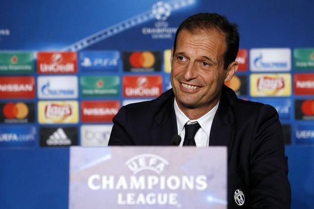 10月17日、サッカーのイタリア・セリエA、ユベントスは、DFジョルジョ・キエリーニとFWマリオ・マンジュキッチが18日に行われる欧州CL1次リーグのリヨン戦を欠場すると明かした。写真はユベントスのマッシミリアーノ・アレグリ監督(2016年 ロイター/Robert Pratta)