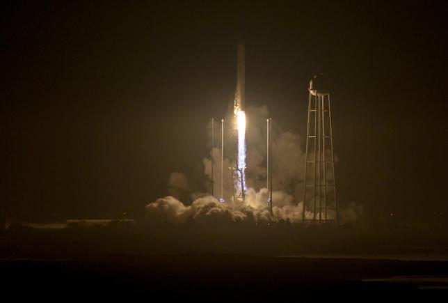 10月17日、国際宇宙ステーションに物資を運ぶ米民間宇宙企業オービタルATKの無人ロケット「アンタレス」が米バージニア州ワロップス島の施設から打ち上げられた。NASA提供写真(2016年 ロイター)