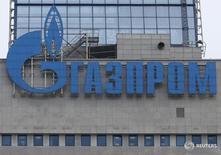 Логотип Газпрома на здании компании в Москве 24 февраля 2015 года. Газпром пересмотрел инвестпрограмму на 2016 год, увеличив её размер на 11 миллиардов рублей до 853 миллиарда рублей по сравнению с планом декабря 2015 года, сообщил концерн во вторник. REUTERS/Maxim Zmeyev