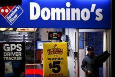 Магазин Domino's pizza в Сиднее, Австралия 12 августа 2015 года. Domino's Pizza Inc во вторник отчиталась о большем, чем ожидалось, росте квартальной выручки на 17 процентов благодаря хорошим продажам на рынке США. REUTERS/David Gray/File Photo