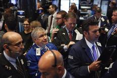 Operadores trabajando en la Bolsa de Nueva York, Estados Unidos. 17 de octubre de 2016. Las acciones estadounidenses abrieron al alza el martes, impulsadas por el reporte de resultados de Goldman Sachs que elevaba los valores de compañías financieras y al promedio Dow Jones, mientras que el sólido informe de ganancias de Netflix alentaba los títulos de empresas de consumo discrecional. REUTERS/Lucas Jackson