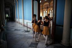 Alunas da Escola Nacional de Balé de Cuba conversam durante intervalo, em Havana 12/10/ 2016. REUTERS/Alexandre Meneghini