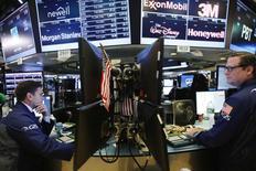 La Bourse de New York a clôturé en hausse mardi, une série de résultats trimestriels supérieurs aux attentes publiés par des poids lourds de la cote du marché ayant nourri l'optimisme des investisseurs sur la santé des entreprises. L'indice Dow Jones a gagné 75,54 points, soit 0,42%. /Photo prise le 17 octobre 2016/REUTERS/Lucas Jackson