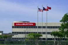 El logo de la compañía Halliburton en una de sus oficinas en Houston, Texas. 6 de abril de 2012. Halliburton Co, el segundo mayor proveedor de servicios petroleros del mundo, registró el miércoles una sorpresiva ganancia trimestral gracias a un importante recorte de costos y dijo que esperaba que un aumento de los precios del petróleo incremente la actividad de sus plataformas de perforación. REUTERS/Richard Carson/File Photo