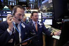 Трейдеры на Уолл-стрит.  Американские фондовые индексы меняются слабо и разнонаправленно в начале торгов среды, поскольку рост акций энергетического и финансового секторов был нивелирован падением бумаг технологических компаний во главе с Intel. REUTERS/Lucas Jackson