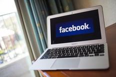 El logo de Facebook en una computadora en Ventura, California. 21 de diciembre de 2013. Facebook Inc dijo que los usuarios en Estados Unidos podrán ordenar comida a través de sitios de restaurantes dentro de la red social a partir del miércoles, como parte de sus esfuerzos por conectar a personas con empresas. REUTERS/Eric Thayer