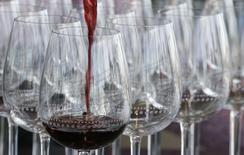 La production viticole mondiale, affectée par de nombreux aléas climatiques, devrait accuser un recul de 5% en 2016 et tomber à son plus bas niveau depuis 2012. /Photo prise le 29 septembre 2016/REUTERS/Régis Duvignau