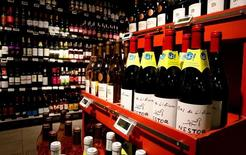 Se prevé que la producción mundial de vino caiga a su mínimo nivel este año desde 2012, sobre todo debido al mal tiempo que ha afectado en Francia y Sudamérica, según estimaciones del organismo del vino OIV publicadas el jueves. En la imagen, botellas de vino orgánico durante la presentación de productos orgánicos en una tienda de la cadena minorista francesa de Monoprix en París, Francia, el 18 de octubre de 2016. REUTERS/Jacky Naegelen