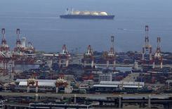 СПГ-танкер у порта Йокогамы. 4 сентября 2015 года. Совладелец российского Новатэка и экономист BP Russia увидели в развитии газового рынка сближение с нефтяным и предрекли рост спроса на сжиженный природный газ. REUTERS/Yuya Shino/File Photo