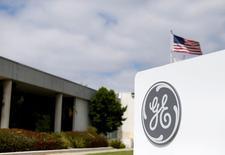 El logo de General Electric en la sede de GE Aviation en Santa Ana, California, Estados Unidos. 13 de abril de 2016.  General Electric Co reportó el viernes ganancias del tercer trimestre que superaron los pronósticos del mercado, pero el crecimiento de sus ingresos se mantuvo flojo, lo que llevó al grupo a bajar sus objetivos de crecimiento de ventas del año completo y su perspectiva de ganancias. REUTERS/Mike Blake/File Photo