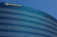 Un edificio de Qualcomm Inc en San Diego, EEUU, jul 22, 2008. Qualcomm Inc está cerca de alcanzar un acuerdo para comprar NXP Semiconductors NV por alrededor de 37.000 millones de dólares, dijo el viernes una persona familiarizada con el tema, en momentos en que la compañía estadounidense busca expandir el alcance de sus microprocesadores desde teléfonos a automóviles.     REUTERS/Mike Blake/File Photo