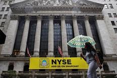 La Bourse de New York a terminé sans grand changement vendredi (-0,10%), l'impact négatif de l'appréciation du dollar et les prévisions décevantes de General Electric ayant occulté la bonne performance de Microsoft après ses bons résultats. /Photo prise le 21 octobre 2016/REUTERS/Brendan McDermid