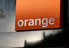 Orange a confirmé mardi son objectif financier pour 2016 après une performance légèrement supérieure aux attentes au troisième trimestre, le dynamisme de ses activités en Espagne et en Afrique ayant compensé la rude concurrence qui perdure en France. /Photo prise le 9 octobre 2016/REUTERS/Gleb Garanich