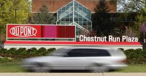 Le groupe chimique américain DuPont a publié mardi des résultats meilleurs que prévu au titre du troisième trimestre, grâce aux réductions de coûts qu'il a mises en oeuvre avant sa fusion prévue avec Dow Chemical. /Photo d'archives/REUTERS/Tim Shaffer