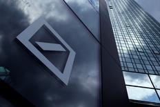 El logo del Deutsche Bank en la sede de la compañía en Fráncfort, Alemania. 9 de junio de 2015. Deutsche Bank está considerando dar un vuelco en su estrategia de banca minorista y podría optar por una integración completa de sus operaciones con Postbank en vez de venderlo, dijeron tres personas cercanas al banco. REUTERS/Ralph Orlowski/File Photo