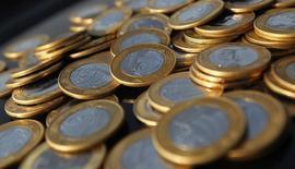 Reales en monedas en una ilustración fotográfica realizada en Río de Janeiro, oct 15, 2010. El déficit de cuenta corriente de Brasil se redujo inesperadamente en septiembre respecto al mes previo a 465 millones de dólares, informó el martes el Banco Central, cifra inferior a la brecha de 1.850 millones de dólares previstos en un sondeo de Reuters.  REUTERS/Bruno Domingos