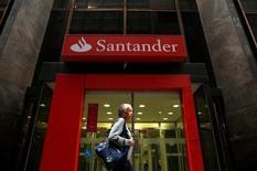 Banco Santander a annoncé mercredi un bénéfice net trimestriel supérieur aux attentes, en hausse de 1% par rapport à la même période de l'an dernier, soutenu par ses bonnes performances sur le marché brésilien. /Photo d'archives/REUTERS/Pilar Olivares