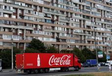 Un camión transporta botellas de la compañía Coca-Cola en las afueras de Moscú, Rusia. 6 de agosto de 2014. Coca-Cola Co reportó el miércoles una caída de sus ingresos trimestrales, afectado por los elevados niveles de inflación en algunos países de Latinoamérica y desinversiones en algunos de sus negocios de embotelladoras. REUTERS/Maxim Shemetov/File Photo