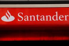 Logo do Santander visto em agência em Londres.   14/02/2012         REUTERS/Luke MacGregor/File Photo