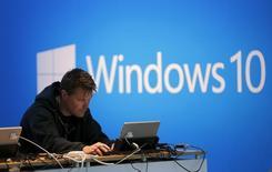 Un hombre trabaja en su computadora en una demostración del Windows 10 en San Francisco, California 29 abril, 2015. Microsoft Corp anunció el miércoles una actualización gratuita de su sistema operativo Windows, que permite que los usuarios tomen fotos y editen contenidos en tres dimensiones, en un intento por aumentar el atractivo de su declinante negocio de computación. REUTERS/Robert Galbraith - RTX1AVM9