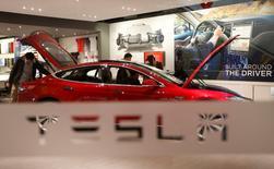 Автомобиль Model S P85  в шоуруме Tesla Motors  в Пекине. Tesla Motors Inc впервые более чем за три года зафиксировала квартальную чистую прибыль благодаря почти $139 миллионам от продажи квот за экологичные автомобили, а глава компании Илон Маск сказал, что в четвертом квартале она снова может получить прибыль.  REUTERS/Kim Kyung-Hoon/File Photo