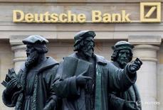 Статуи у здания Deutsche Bank во Франкфурте-на-Майне 30 сентября 2016 года. Deutsche Bank отчитался о получении в третьем квартале неожиданной чистой прибыли в размере 278 миллионов евро ($303 миллиона) после рекордного убытка за аналогичный период годом ранее, чему способствовал рост объемов торговли облигациями, поддержавший доходы всех банков с Уолл-стрит. REUTERS/Kai Pfaffenbach/File Photo