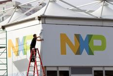 Qualcomm dijo el jueves que acordó comprar NXP Semiconductors NV por unos 47.000 millones de dólares (unos 43.000 millones de euros), incluida deuda, en su intento por ampliar la oferta de sus microprocesadores desde los teléfonos hasta los coches. En la imagen, un hombre trabaja en una tienda de NXP Semiconductors para una feria en el Centro de Convenciones de Las Vegas, Nevada, 4 de enero de 2015. REUTERS/Steve Marcus/File Photo