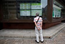 La Bourse de Tokyo a fini en hausse de 0,63% vendredi et atteint son plus haut niveau depuis six mois. L'indice Nikkei a gagné 109,99 points à 17.446,41. /Photo d'archives/REUTERS/Issei Kato